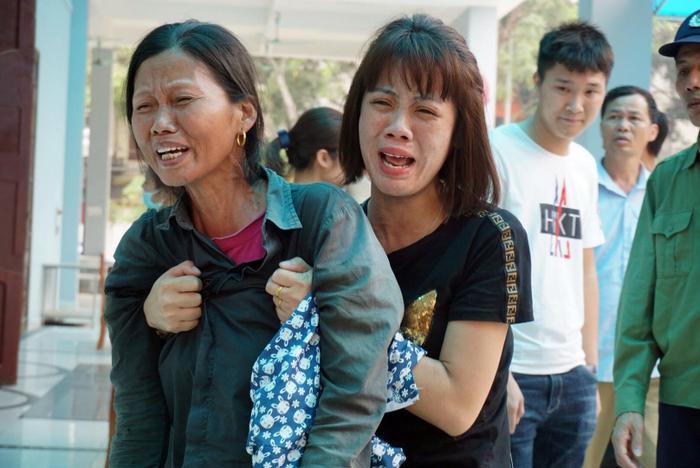 Mẹ và em gái anh Nghị gào khóc thảm thiết tại nhà xác Bệnh viện 198 Bộ Công an.