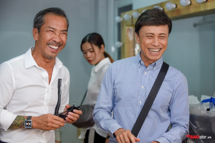 HLV Tuấn Ngọc diện trang phục đơn giản đến ghi hình vòng thi Đối đầu.