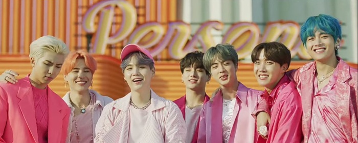 BTS trong Boy With Luv.