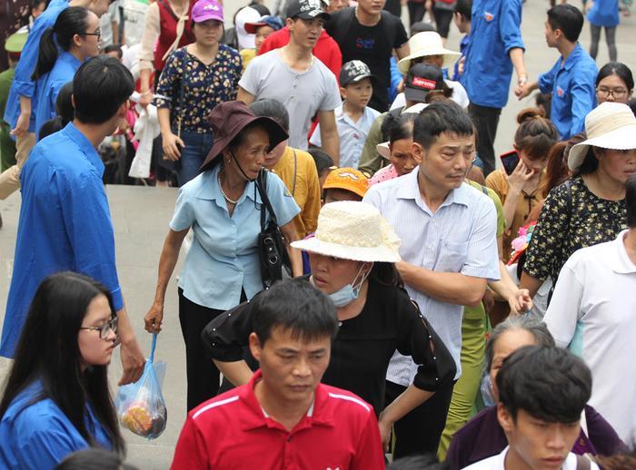 Nhiều người cho biết, dù đã tranh thủ hành hương lên Đền Hùng sớm 1 ngày nhưng không nghĩ rằng lượng người lại đông nghẹt thở.