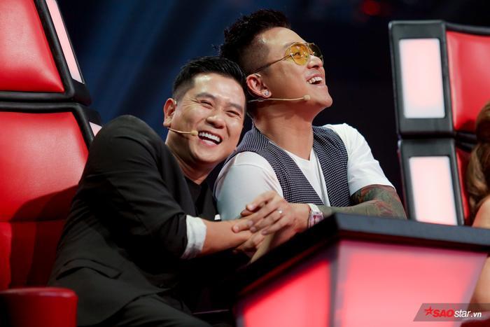 """Loạt khoảnh khắc """"tình thâm"""" của hai chàng """"soái ca"""" The Voice 2019."""