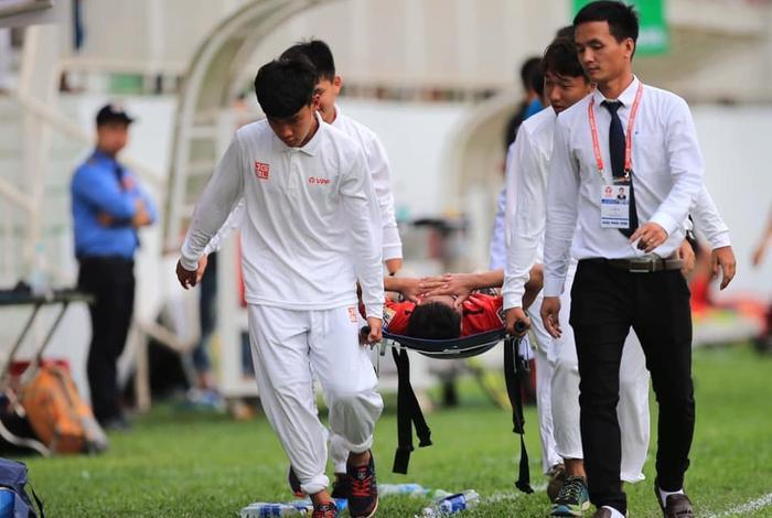 Triệu Việt Hưng dính chấn thương ở vùng mắt, phải di chuyển xuống TP.HCM để chữa trị. Ảnh: CLB HAGL