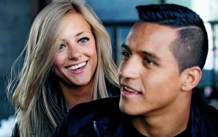 """Alexis Sanchez bị bạn gái """"đá"""" vì chỉ được 3 phút."""