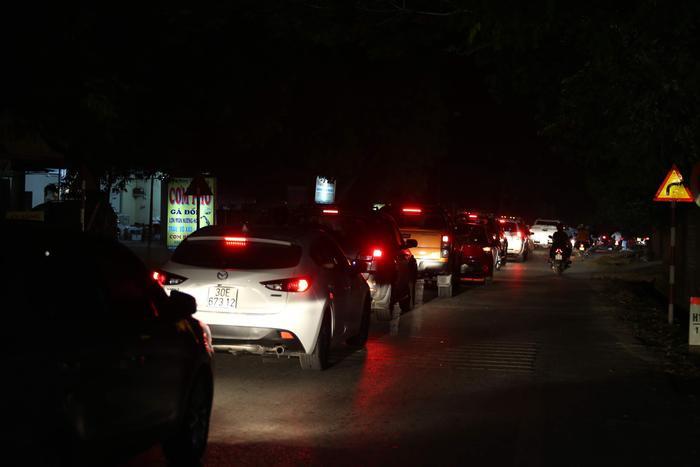 Hàng loạt xe nối đuôi nhau trên đường lên đền Thượng.