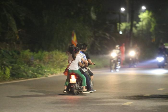 Nhiều người thậm chí không đội mũ bảo hiểm, 4-5 người trên một chiếc xe máy trên đường vào lễ Đền Hùng.