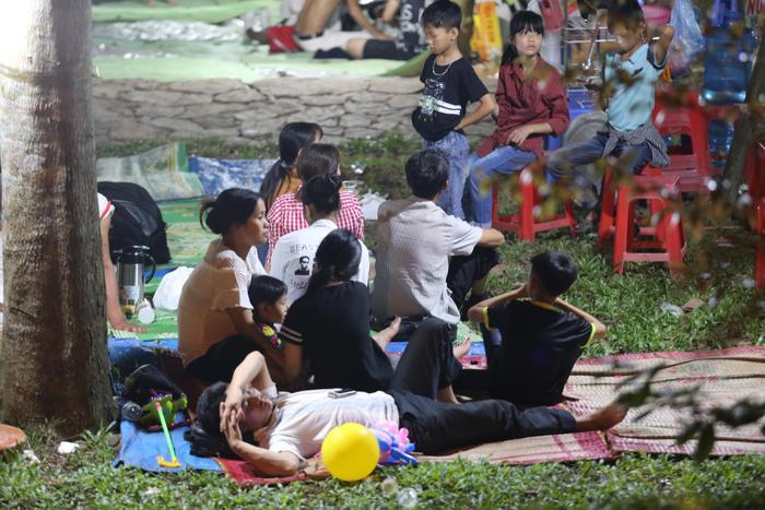 Khung cảnh xuất hiện mỗi năm ở đền Hùng, hoạt động kinh doanh cho thuê bạt, chiếu vô cùng ăn khách.