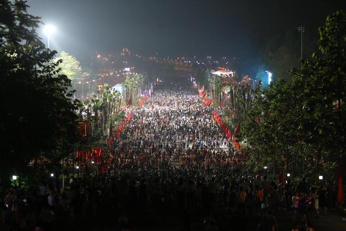 Hàn vạn người có mặt từ chập tối. Lễ hội đền Hùng 2019 năm nay gồm 6 hoạt động chính, trong đó Lễ dâng hương tưởng niệm các vua Hùng được tổ chức tại đền Thượng