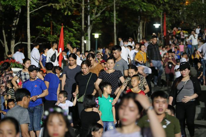 Nhiều người xô lấn, chen chúc để có một chỗ đứng tại đền Hùng
