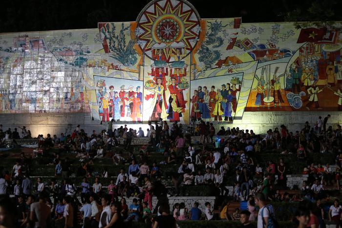 Các nghi thức của lễ hội bắt đầu diễn ra trước đông đảo du khách thập phương