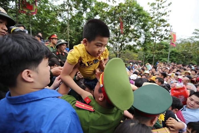 Các chiến sĩ công an giúp đỡ, hỗ trợ các cháu bé để dễ dàng hơn trong việc di chuyển
