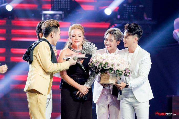 Sinh nhật lần 50 của HLV Thanh Hà được tổ chức ngay trên sân khấu là một trong những khoảnh khắc ấn tượng nhất của tập 1 - The Voice 2019.