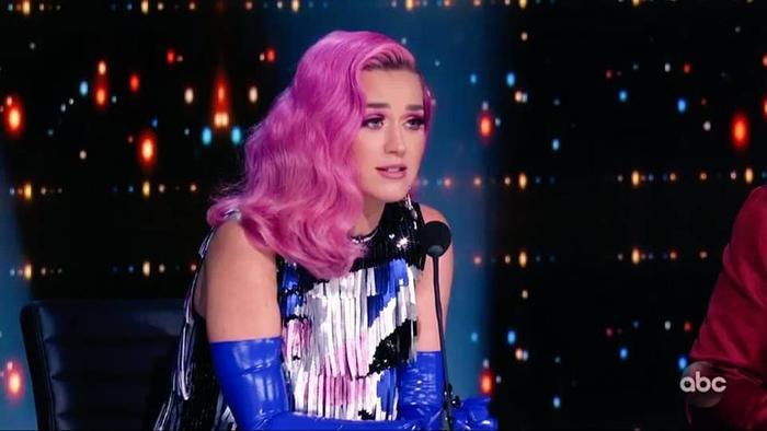Cô khiến các fan hâm mộ không khỏi bồi hồi nhớ nhung về thời đỉnh cao Teenage Dream đầy màu sắc.