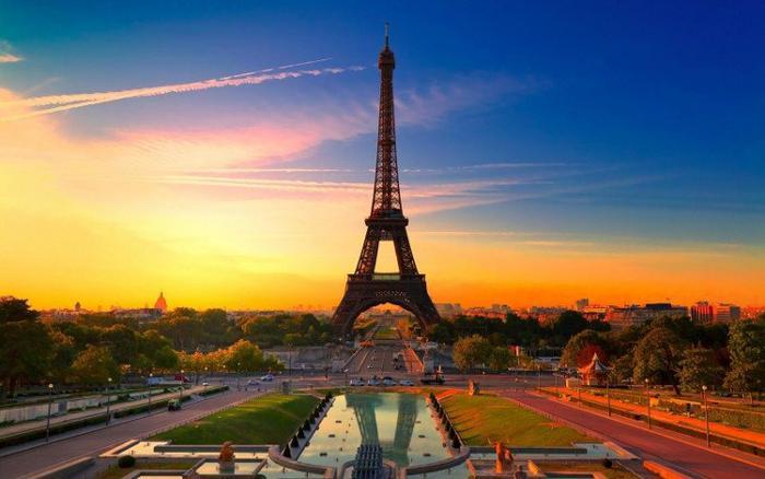Tháp Eiffel được xây dựng vào năm 1989 trong vòng 25 tháng, nhân dịp kỷ niệm 100 năm cách mạng Pháp và có tên gọi ban đầu là Tháp 300 m. Khi tính cả cột ăng ten đặt trên đỉnh tháp, chiều cao thực tế của tháp là 324 m. Từ năm 1989 đến năm 1930, tháp Eiffel được biết đến là công trình cao nhất thế giới và hiện đã trở thành biểu tượng của kinh đô ánh sáng xinh đẹp.