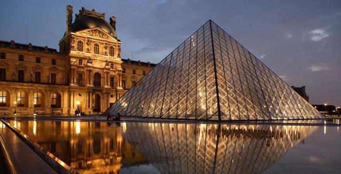 Viện bảo tàng Louvre đầu tiên được xây dựng như một pháo đài bất khả xâm phạm vào năm 1190 theo mệnh lệnh của Hoàng đếPhillipe-Auguste, do lúc này người Paris lo sợ khu vực phía nam thành phố sẽ bị xâm chiếm bởi cướp biển Vikings. Đến thế kỉ thứ 16, dưới thời vua Charles V, Louvre được trùng tu làm cung điện hoàng gia và vào năm 1793, nó chính thức trở thành một bảo tàng nghệ thuật hàng đầu ở Paris.Bảo tàng Louvre lần đầu tiên được đặt tên là Trung tâm Musee des Arts, sau đó được đổi thành Musee Napoleon và cuối cùng là Musee du Louvre.