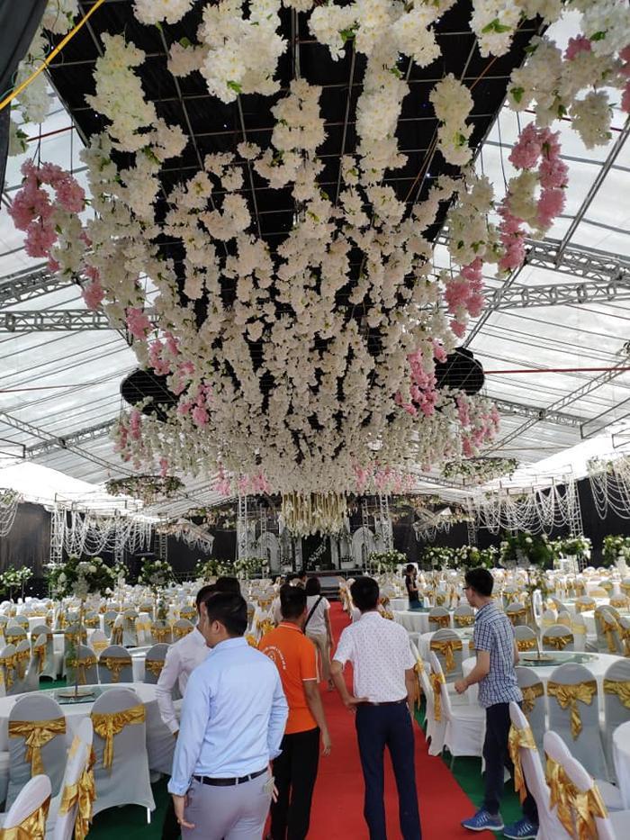 Toàn bộ không gian tiệc cưới được trang trí bằng hoa tươi.