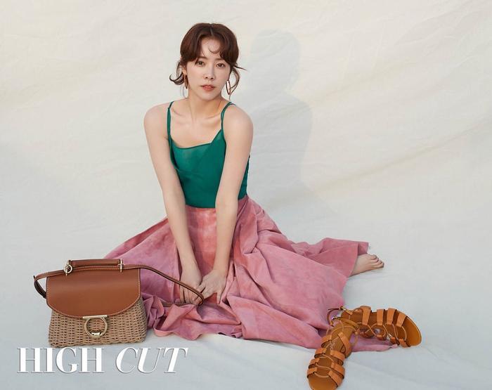 Tài sắc đỉnh cao của Han Ji Min - Shin Min Ah trong ảnh tạp chí: Kẻ tám lạng người nửa cân