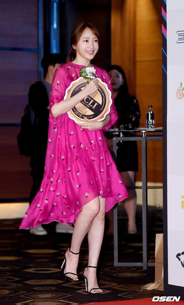 Hani xuất hiện với gương mặt trang điểm nhẹ nhàng, bộ váy nổi bật.