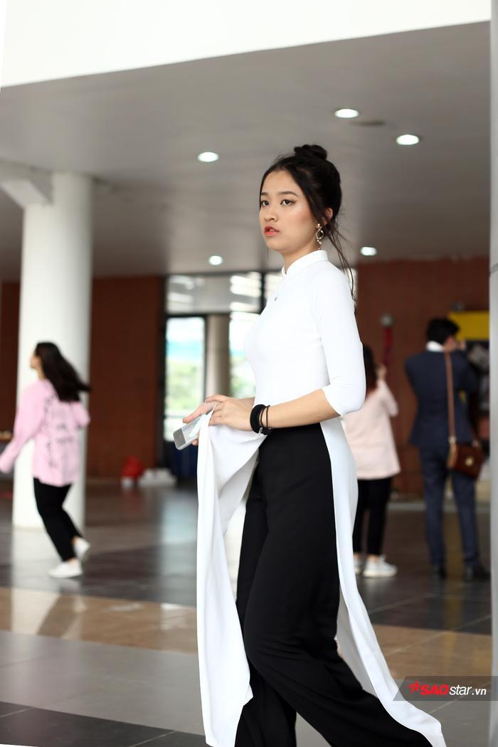 Ngay từ sáng sớm, các nữ sinh đã xúng xính tới trường trong tà áo dài để chụp ảnh kỷ niệm cùng thầy cô, bạn bè