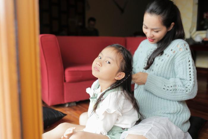Con gái Hoàng Bách và câu hỏi 'bá đạo': Sao bố mẹ được tắm cùng nhau? ảnh 0