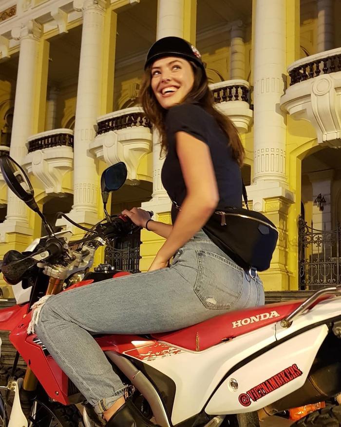 Trở lại Hà Nội, Sofie ngồi sau xe môtô khám phá thành phố về đêm. Cô ghé qua Nhà hát Lớn, Nhà thờ Lớn, Chùa Trấn Quốc, Lăng Chủ tịch Hồ Chí Minh và thưởng thức bia trong phố cổ. (Ảnh: @VietnamBikers/Instagram).