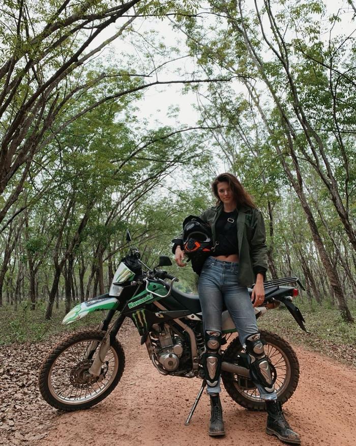 Trong những ngày cuối của kỳ nghỉ tại Việt Nam, người mẫu nội y Victoria's Secret Sofie Rovenstine bay vào miền Nam, khám phá ngoại ô TP HCM trên xe môtô địa hình Kawasaki KLX250 phân khối.