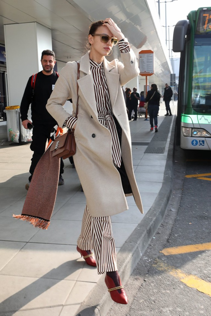 Cô nàng thường diện nó với những mẫu áo khoác dáng dài, tạo nên vẻ ngoài thanh lịch.