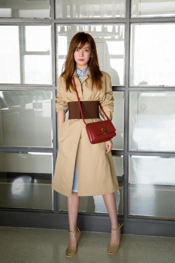 """Tại Châu Á,""""Én nhỏ""""Triệu Vy chứng minh gu thời trang sành điệu của mình khi mix TB Bag cùng trench coat của Burberry."""