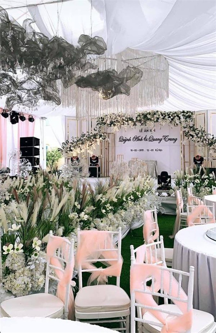10 nghìn bông hoa hồng trắng nhập khẩu, 6 nghìn cành cẩm tú cầu, 3.000 cành lan hồ điệp trắng và vô số những loài hoa khác