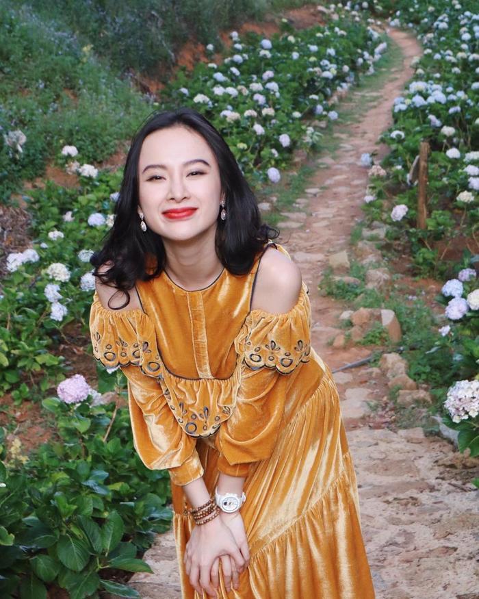 """Sau thời gian """"nổi loạn"""", Angela Phương Trinh bắt đầu lựa chọn những trang phục đẹp và không gây sốc."""