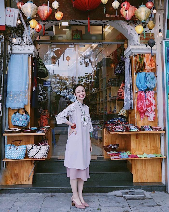 Hơn một năm trước đây, những tấm ảnh với phong cách nữ tính và kín đáo không bao giờ xuất hiện trên trang của Angela Phương Trinh.