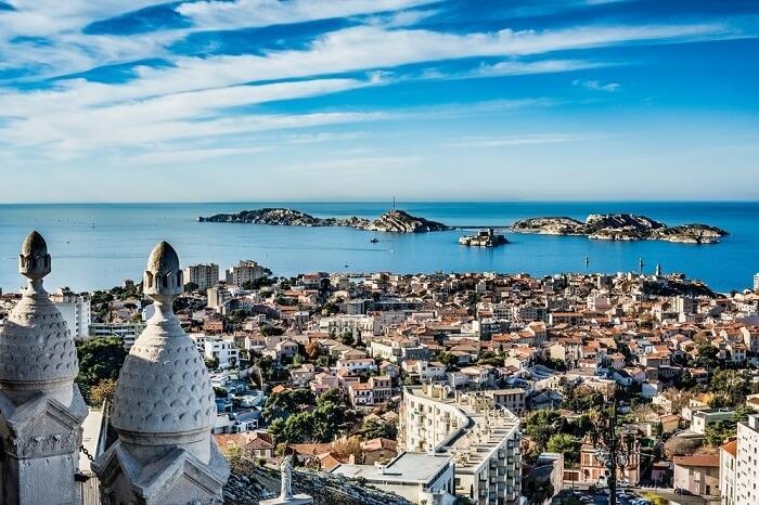 Marseille, PhápNằm ở trung tâm của vùng Provence, Marseille là thành phố cảng xinh đẹp của nước Pháp, từng có các hoạt động giao thương sôi nổi trong quá khứ. Trải qua 1.500 năm lịch sử, điểm đến này sở hữu nhiều di sản văn hóa. Ngoài ra, Marseille có khí hậu dễ chịu vào mùa hè, thu hút nhiều du khách nhất vào tháng 7. Các trải nghiệm phải thử tại đây là chèo thuyền kayak ở khu Cảng Cũ, khám phá pháo đài Saint-Jean, thám hiểm hang động và đi bộ đường dài tại Calanque de Morgiou.6 điểm đến nằm cuối danh sách lần lượt là Iceland, Whistler (Canada), Koh Samui (Thái Lan), Colorado (Mỹ), Hamburg (Đức), Barcelona (Tây Ban Nha).