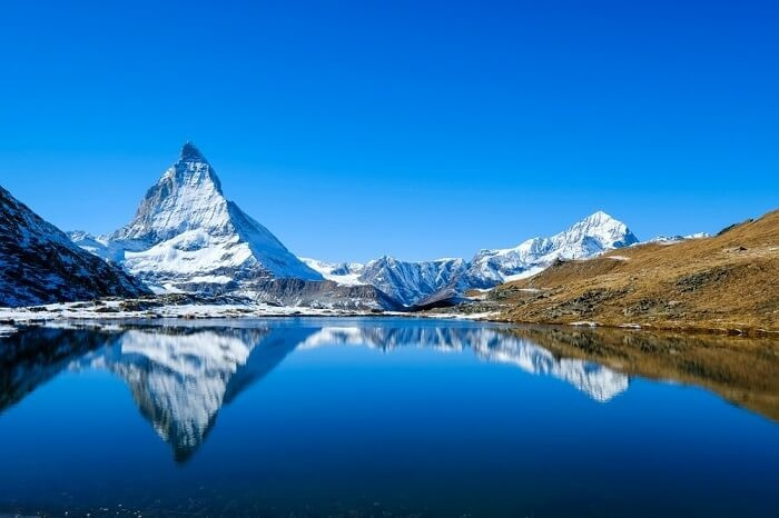 Zermatt, Thụy SĩXếp đầu danh sách là thị trấn nhỏ ẩn mình mình giữa dãy núi Alps tại Thụy Sĩ. Zermatt nằm trên độ cao khoảng 1.600 m ở chân núi Matterhorn. Nơi này nổi tiếng là thiên đường cho những người đam mê đi bộ đường dài, trượt tuyết và leo núi.Đến đây, du khách phải ghé bảo tàng Matterhorn, đài quan sát ở Gornergrat, hồ Schwarzsee, hẻm núi Gorner. Bạn nên đặt trước các dịch vụ vì mùa hè là thời gian cao điểm.
