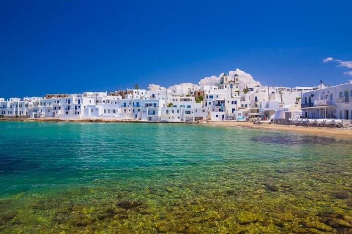 Paros, Hy LạpMùa hè là thời gian cao điểm đón khách của Paros, một hòn đảo ở trung tâm của biển Aegean, Hy Lạp. Đảo được du khách yêu mến nhờ ngôi làng nhỏ nép mình bên bãi biển dài, nơi bạn có thể đi bộ và khám phá xung quanh. Toàn bộ công trình ở đây được sơn màu trắng, nổi bật cạnh làn nước màu ngọc lam và bầu trời xanh. Một trong những trải nghiệm du khách không thể bỏ qua là cắm trại tại bãi biển Vàng, bãi biển đẹp nhất của hòn đảo.