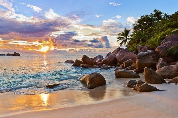Seychelles, Đông PhiSeychelles là một quần đảo xinh đẹp gồm 115 hòn đảo ở ngoài khơi Ấn Độ Dương. Bờ biển dài, làn nước trong vắt, những bãi cát mịn kết hợp cùng hàng cọ xanh rì khiến Seychelles xứng đáng trở thành một trong những điểm đến lý tưởng cho kỳ nghỉ hè.Du khách nên lặn biển trong công viên Quốc gia Hàng hải Sainte Anne hoặc đi bộ để tận hưởng thiên nhiên trong khu bảo tồn của Vallée de Mai. Bạn đừng quên mang theo đồ đi biển và thật nhiều kem chống nắng.