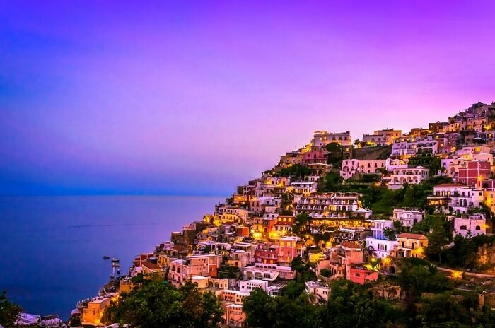 """Amalfi Coast, ItalyĐược đánh giá như viêc ngọc quý ở Italy, dải bờ biển Amalfi vẫn giữ được vẻ đẹp của tự nhiên. Như một bức tranh, Amalfi có những ngọn núi ven biển, khu rừng rậm rạp cùng nhiều tòa nhà màu pastel trên vách đá. Khi màn đêm buông xuống, nơi đây """"tỏa sáng như những vì sao"""" và càng trở nên sống động trong nắng sớm."""