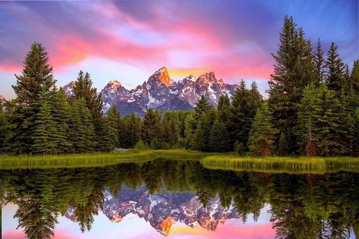 Quận Teton, Wyoming, MỹNằm ở trung tâm bang Utah, Mỹ, Teton hút khách bởi những suối nước nóng đầy màu sắc và hồ bùn trong công viên quốc gia Yellowstone. Đây cũng là thiên đường cho người đam mê phiêu lưu trong những cánh rừng. Du khách còn có thể đi bộ đường dài ở dãy núi Teton hoặc trượt tuyết.