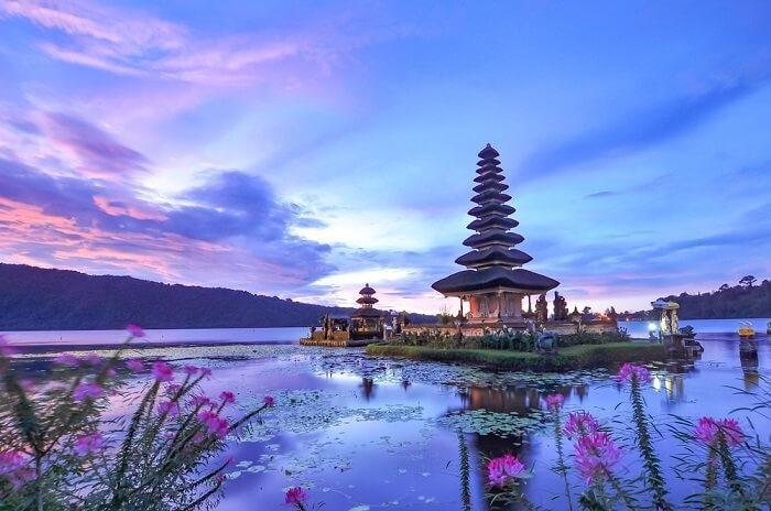 Bali, IndonesiaBali nổi tiếng là thiên đường nghỉ dưỡng đối với những đôi uyên ương nghỉ trăng mật hoặc khách Tây ba lô. Bali có đầy đủ loại hình du lịch từ nghỉ dưỡng, khám phá văn hóa đến phiêu lưu mạo hiểm. Bạn có thể leo núi lửa, thăm những khu đền, tham gia lớp học yoga hay lặn ngắm san hô và lướt sóng tại Bali. Một số điểm dừng chân phải ghé là đền Tanah Lot, Uluwatu, Ubud, núi Batur, biển Seminyak.