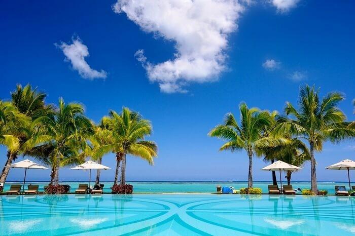 MauritiusCộng hòa Mauritius đứng thứ 8 trong danh sách. Đây là đảo quốc nằm hướng tây nam Ấn Độ Dương. Thủ đô là Port Louis. Nơi này nổi tiếng với những rạn san hô đầy màu sắc cùng không khí mát mẻ vào mùa hè. Một trong những trải nghiệm thú vị nhất tại đây là đi bộ dưới biển ở Ile Aux Cerfs và lặn với ống thở tại Flic-en-Flac.