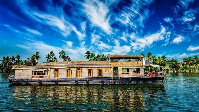 Kerela, Ấn ĐộĐây là một trong những điểm nghỉ hè tốt nhất ở phía nam Ấn Độ. Nếu đến Kerela, bạn nhất định ghé đồn điền trà, các bãi biển, khu rừng nhiệt đới. Đặc biệt, bạn không thể bỏ qua lễ hội đua thuyền rắn hoặc xem dù lượn ở Vagamon. Thời điểm lý tưởng để ghé thăm nơi này là tháng 6.