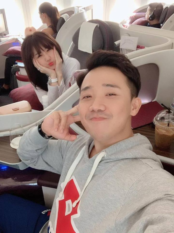 Cả hai selfie khi trên đường sang Pháp.