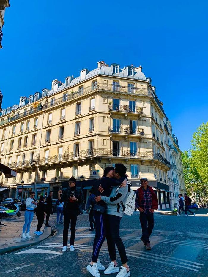 Hari Won- Trấn Thành ôm chặt, hôn nhau đắm đuối giữa đường phố Paris ảnh 0