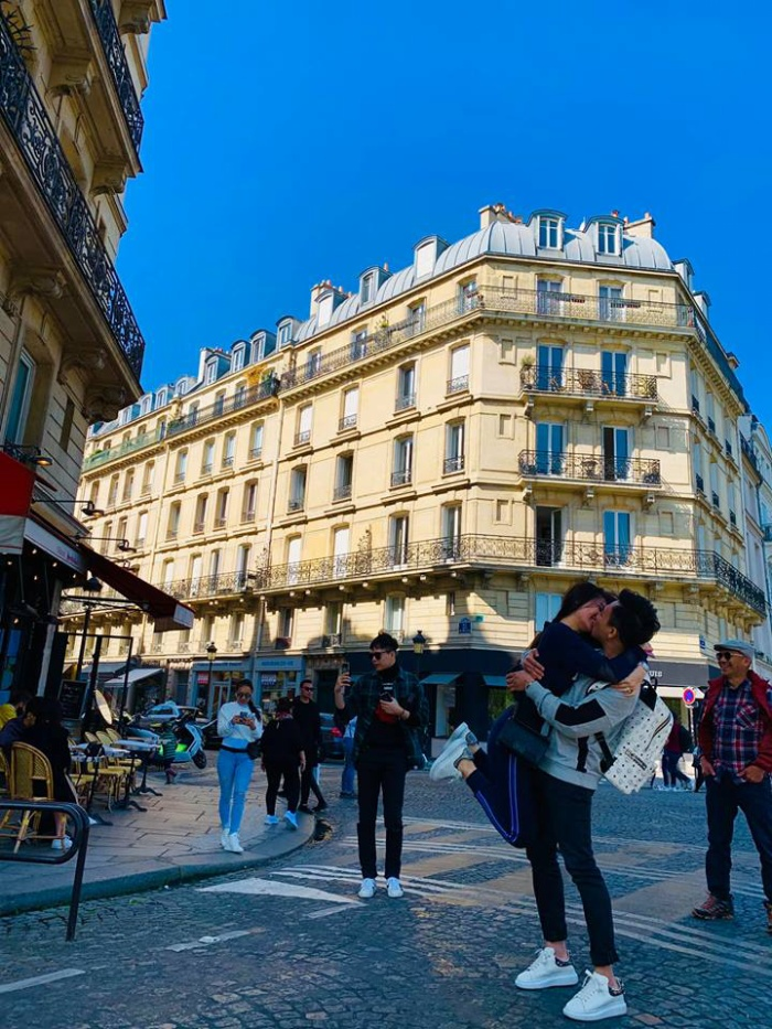 Vợ chồng Trấn Thành Hariwon ôm hôn tình cảm giữa đường phố Paris.