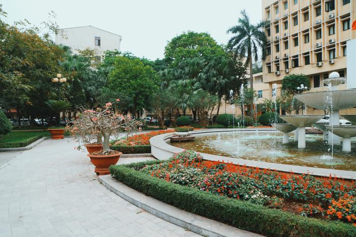 Một trong số đó phải kể đến khuôn viên đầy cây xanh và đài phun nước vô cùng lộng lẫy chính giữa sân trường Đại học Sư Phạm - Đại học Quốc Gia Hà Nội.