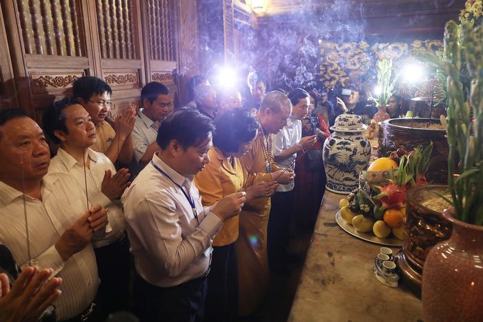 Người dân cùng đoàn phật từ tham gia lễ dâng và cúng nước.