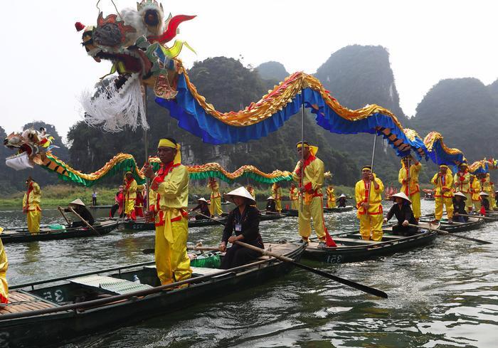 Dẫn đầu là đoàn rước hai con rồng di chuyển trên sông Tràng An với quãng đường 12 km.