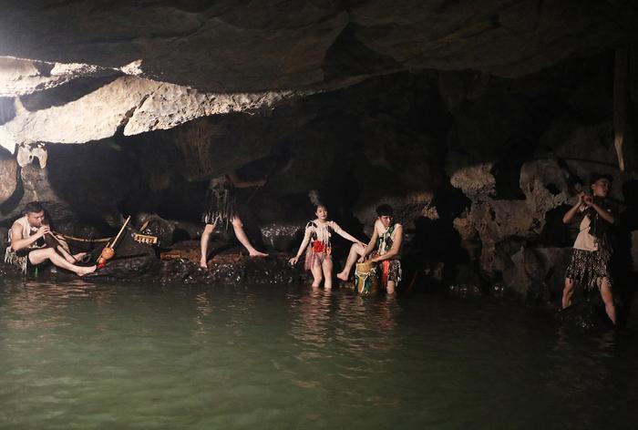 Trong lòng hang Lấm, hang Vạng, hang Đại và núi Linh đều có những hoạt cảnh tái hiện sinh hoạt thời Văn Lang.
