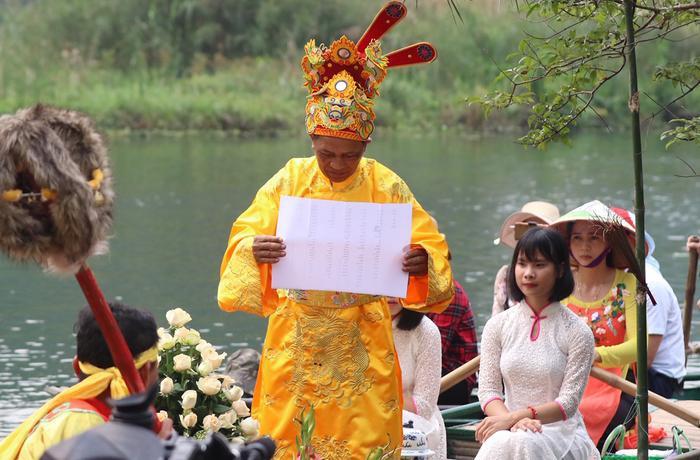 Chủ lễ là vị bô lão cao niên trịnh trọng đọc bản sớ trình xin rước nước. Sau đó, hai cô trinh nữ trong những bộ áo dài truyền thống nhẹ nhàng múc nước giữa dòng sông đổ vào chóe để đưa lên kiệu rước về đền vua Đinh.