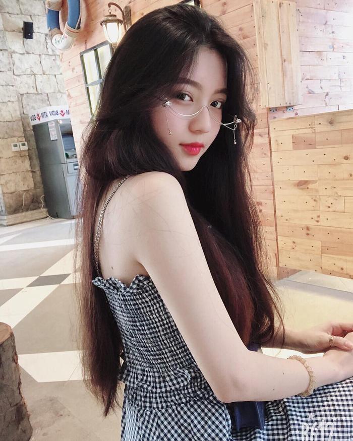 """Được mệnh danh là """"Nữ sinh xinh nhất Instagram"""", Bâu - tên thật Nguyễn Ngọc Phương Vy, sinh năm 1999, cựu học sinh trường THPT Nguyễn Chí Thanh, TP. HCM - đã chứng minh mình hoàn toàn xứng đáng với lời ca tụng đó."""