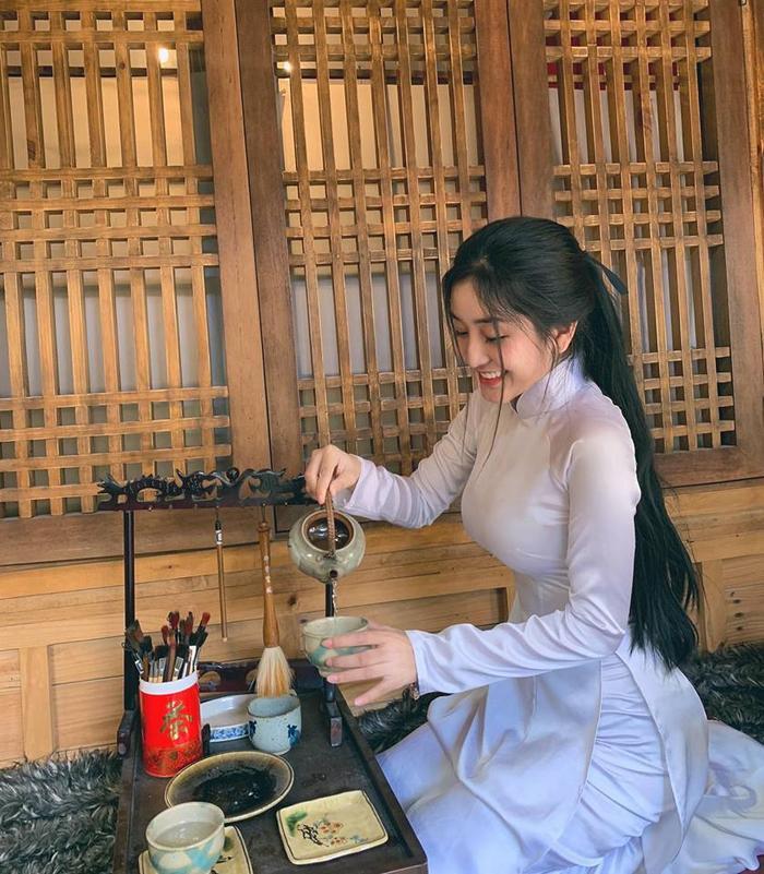 """Cô nàng từng lên báo Hàn, báo Trung với những lời ca ngợi như""""nữ thần không góc chết"""", """"nữ sinh thiên thần""""."""