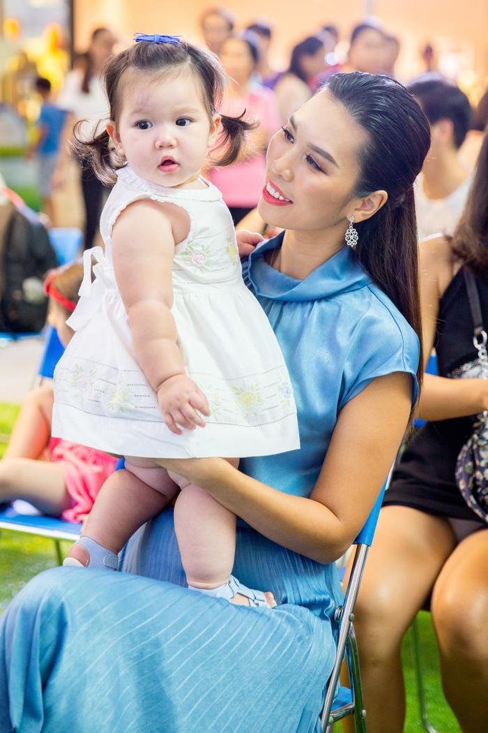 Bé Myla 10 tháng tuổi rất khỏe mạnh, tinh nghịch và năng động, Hà Anh chia sẻ phần lớn là nhờ hệ tiêu hóa của bé khỏe mạnh từ những ngày đầu đời